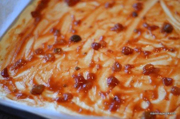 Смажьте слоёное тесто кетчупом