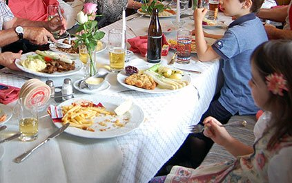 Zuhause ist es am schönsten: Tischmanieren spielerisch lernen