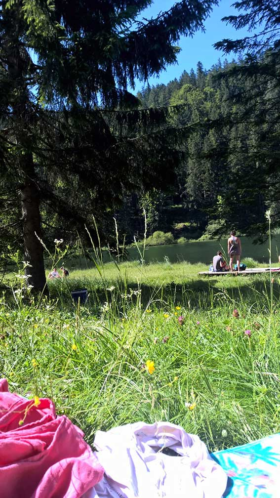 Sonnen und baden in unergründlichen Bergseen: So verbringen wir Mitsommer in den Bergen