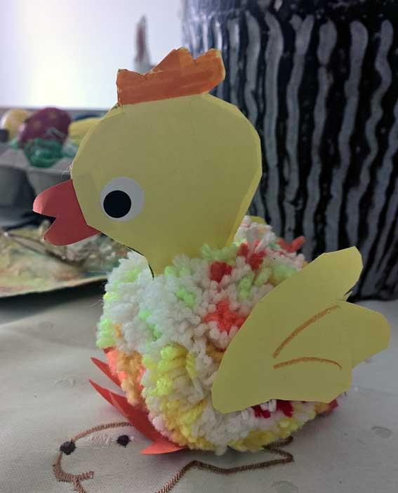 Ostderdeko aus Pompons: Pompons Küken basteln, Osterhasen und mehr lustige Ideen für Ostern mit Kindern