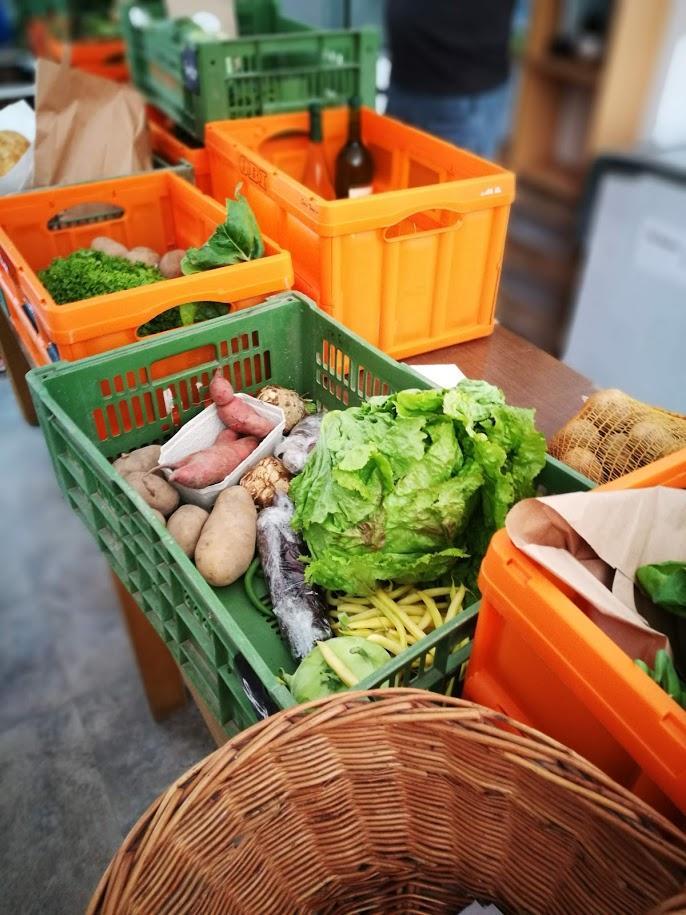 Jeder hat seine Kiste: Wenn ich in die Speisekammer komme, ist das Gemüse meist schon von der Hauptorganisatorin Michi in Kisten aufgeteilt.
