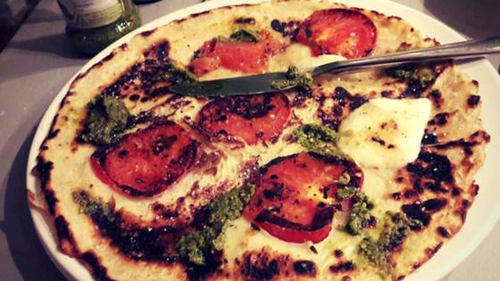 pannenkoekmet mozzarella, tomaat en pesto.