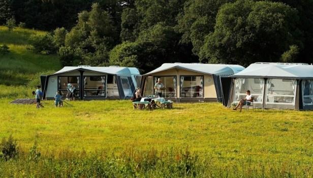 mega grote voortenten die aan de caravan zijn bevestigd.