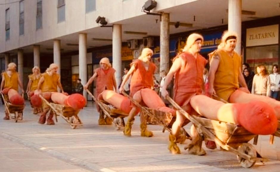 Fasching. Männergruppe als Penis verkleidet mit Schubkarren.
