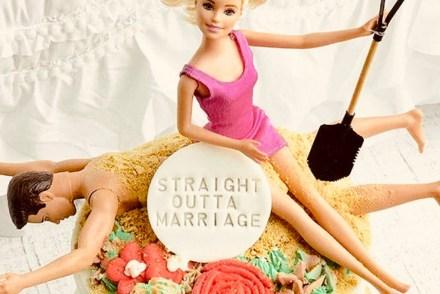 Barbie sitzt nach ihrer Trennung von Ken auf ihm und grinst fröhlich