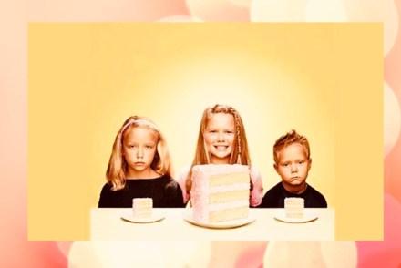 Drei Kinder, in der Mitte, das Lieblingskind mit dem größten Stück Torte