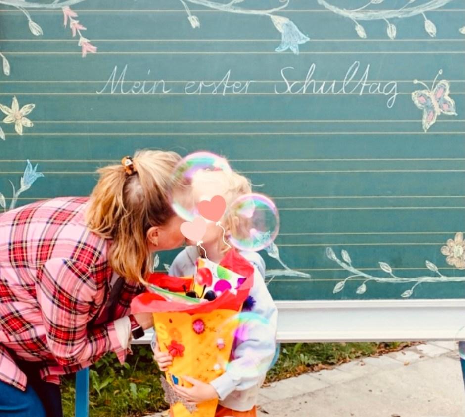 Meine Tochter und ich am 1. Schultag mit ihrer Schultüte vor einer Tafel