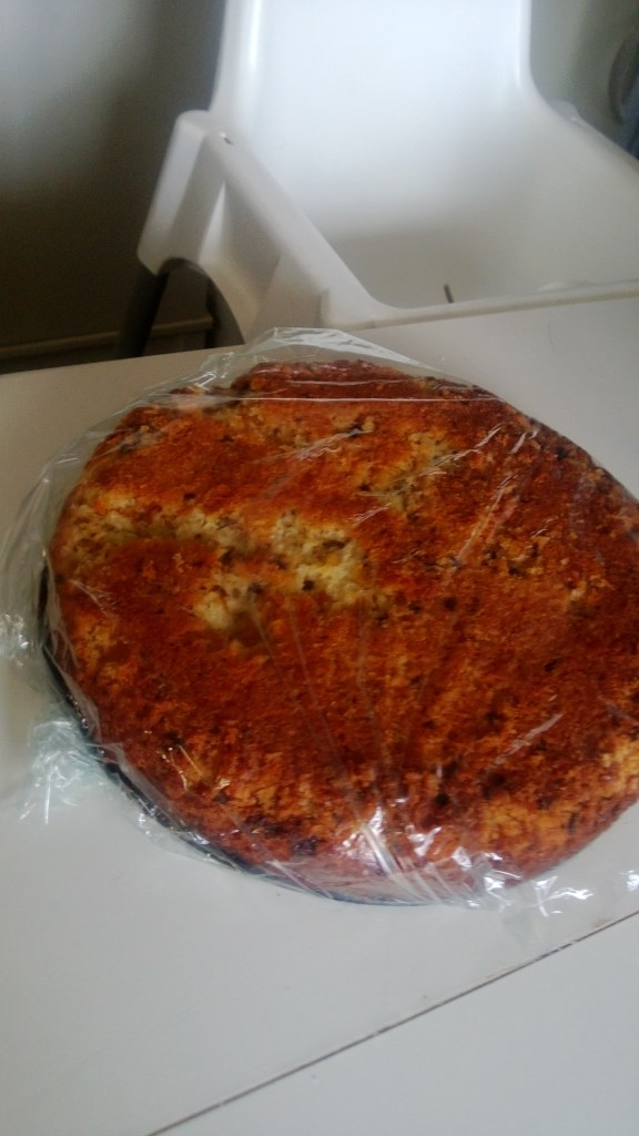 Färdiga kakan vänd uppochned inplastad innan den fick åka till fikat.