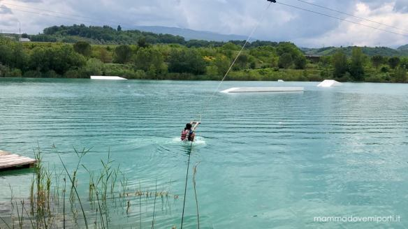 Bambina inizia prova Wakeboard Lago Hot Lake Cable Park a Manoppello di Pescara