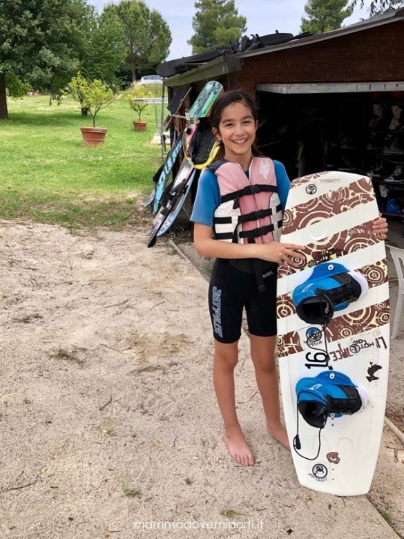 Bambina pronta per wakeboard Lago Hot Lake Cable Park a Manoppello di Pescara