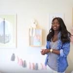 Nikki Perkins montre la chambre de bébé