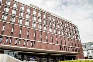 七尾湾に面して立つ恵寿総合病院本館。七尾湾に面して立つ恵寿総合病院本館。