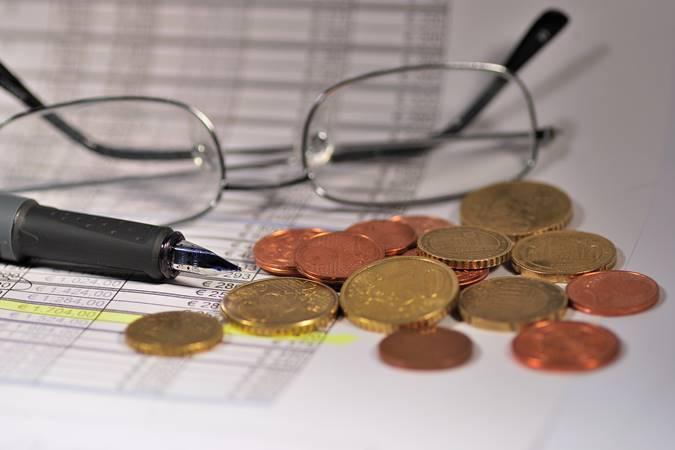 Kaca Mata dan Koin Uang