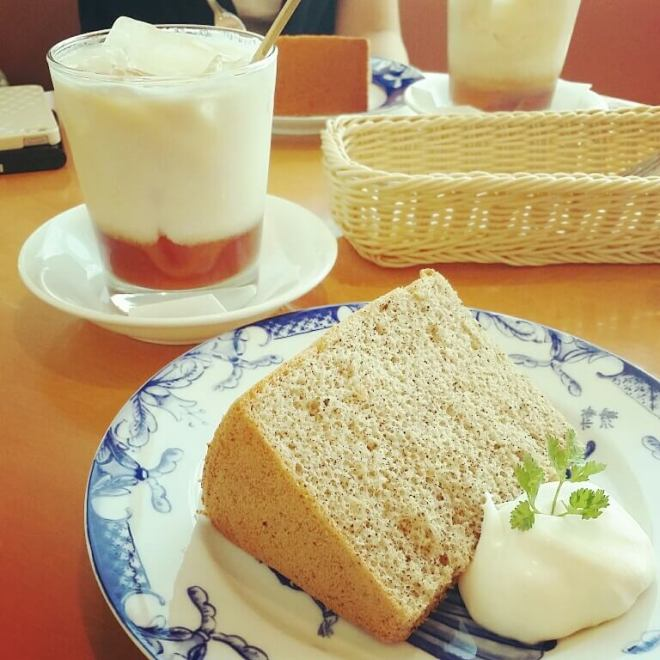 紅茶のシフォンケーキとアイスロイヤルミルクティー