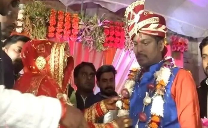 new couple in varanasi exchanged onion garlands in their wedding