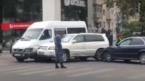 В центре столицы столкнулись три автомобиля