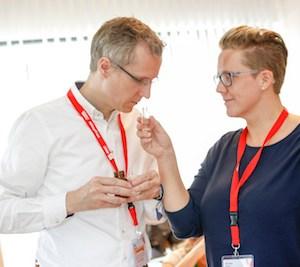 Teilnehmer stellen eigenes Parfum her
