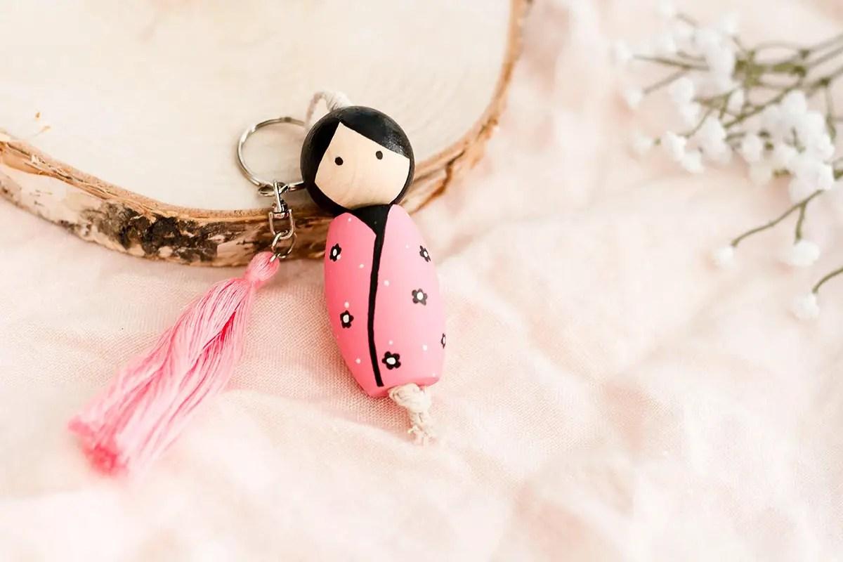 Comment créer une poupée Kokeshi en porte-clé