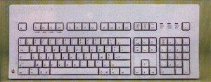 La vecchia tastiera italiana del Macintosh con il vecchio layout più ergonomico