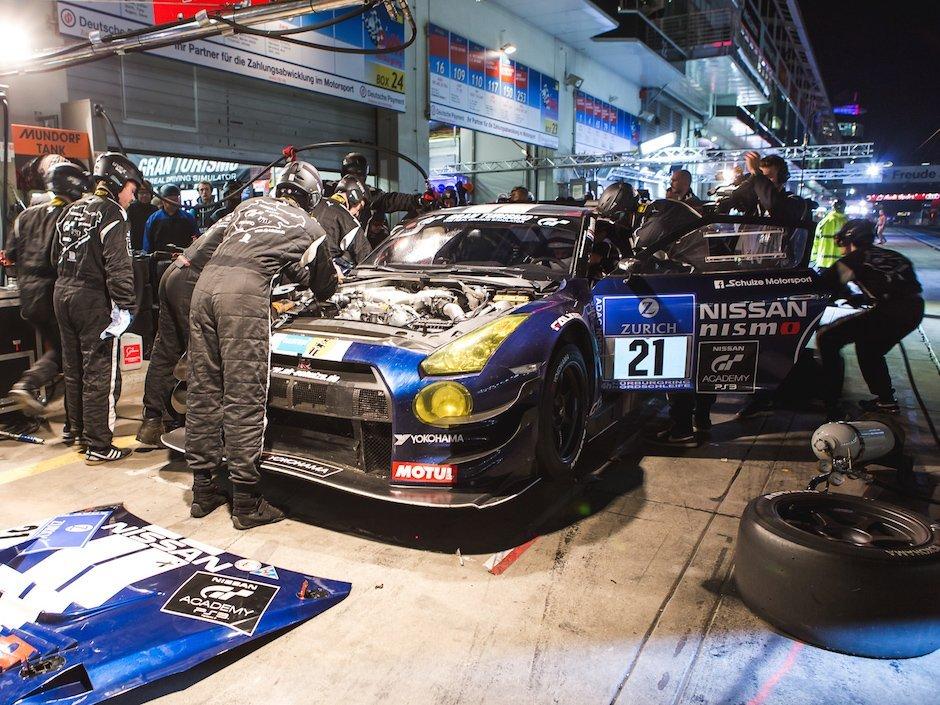 Nissan-GT-R-GT3-Schulze-Motorsport-Boxenstop