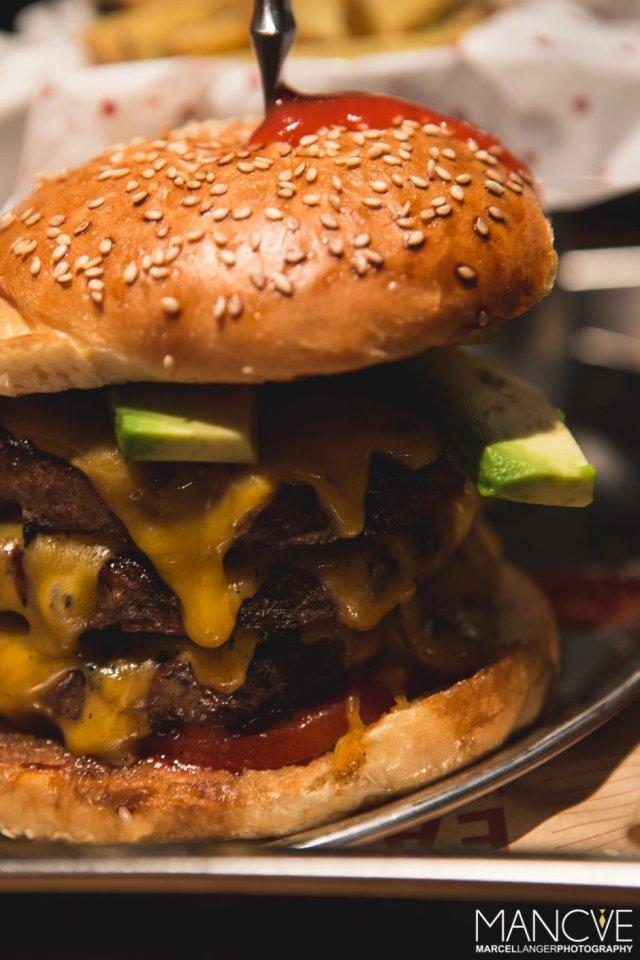 Burger Avocado Käse Bun Patties Rindfleisch Tomaten Ketchup