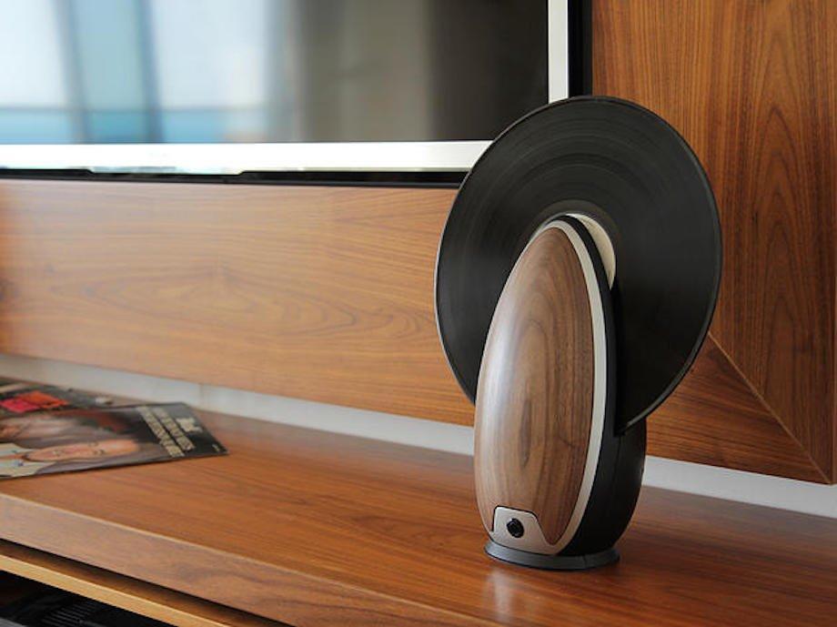 vertikaler schallplattenspieler stehend holz wohnzimmer vinyl