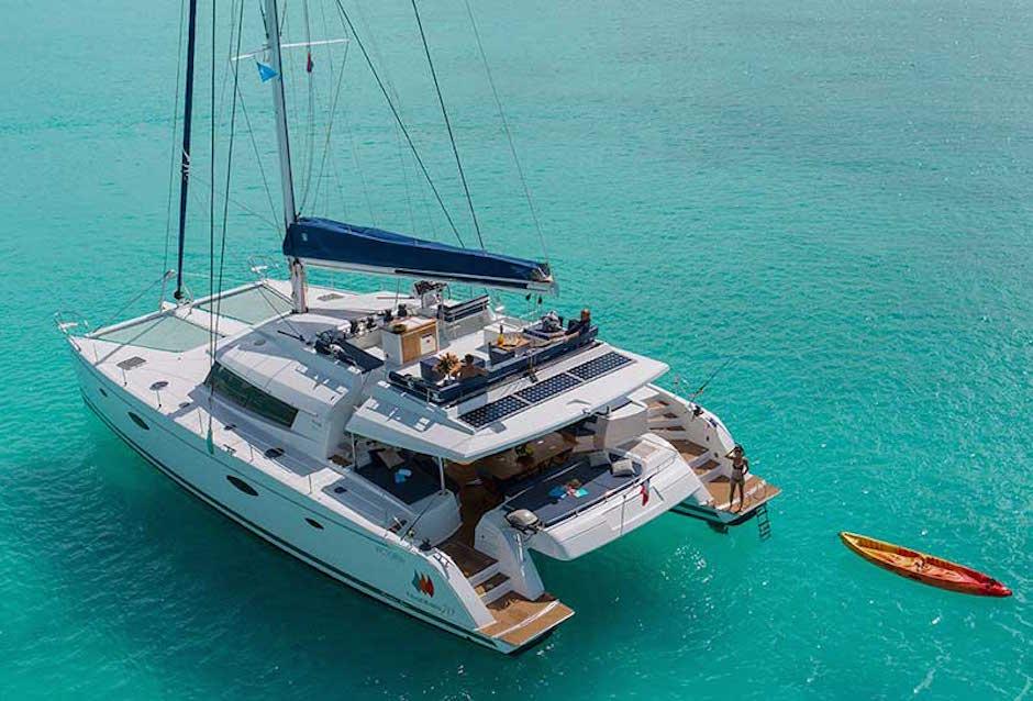 Coboat Katamaran Coworking Space Einmieten Azurblau Meer Paradies Reisen Arbeit Work and Travel Office Büro Boot Schiff glasklares Wasser Südsee