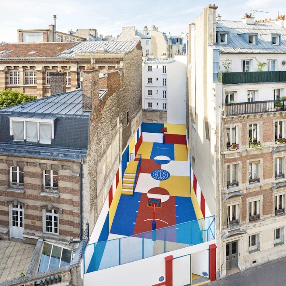 Unglaublicher Basketball-Court von Pigalle zwischen zwei Apartmenthäusern in Paris