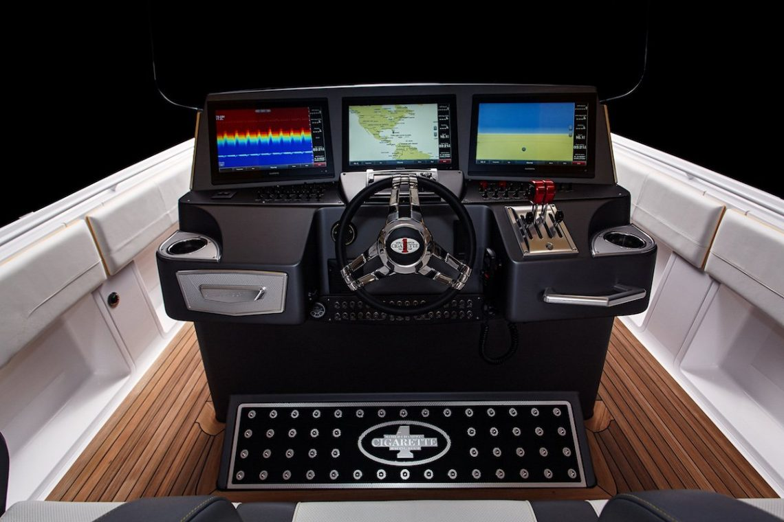 Cigarette Racing Team 41' SD GT3 Boot Cockpit Captain Monitore GPS Steuer