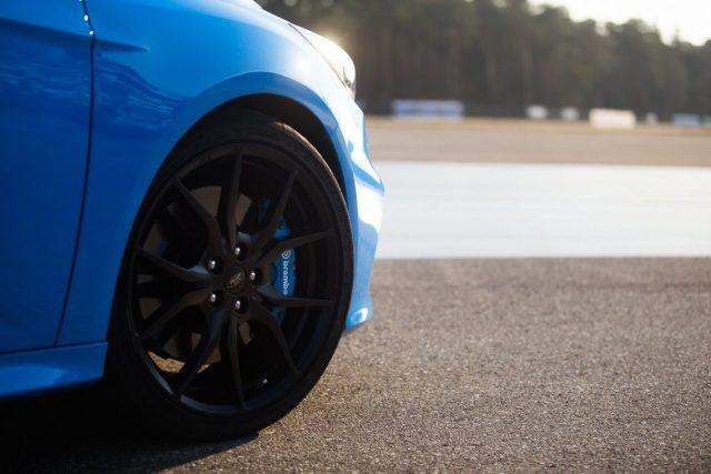 Ford Focus RS blau Felge brembo Bremsanlage Sonnenaufgang