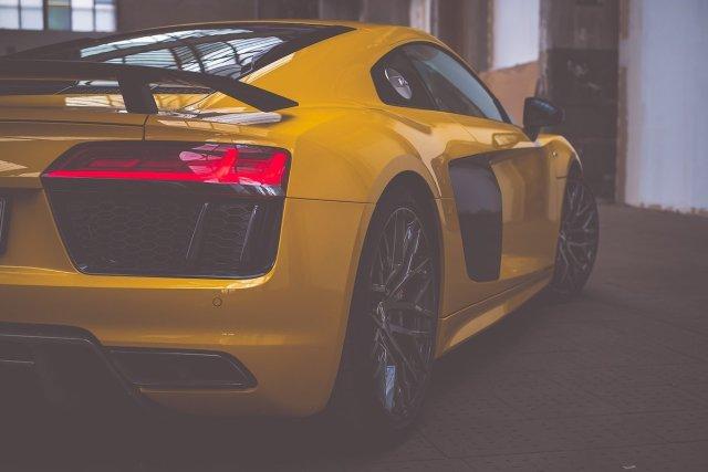 Audi R8 V10 plus Heckspoiler Seite Endrohre Auspuff Tankdeckel gelb