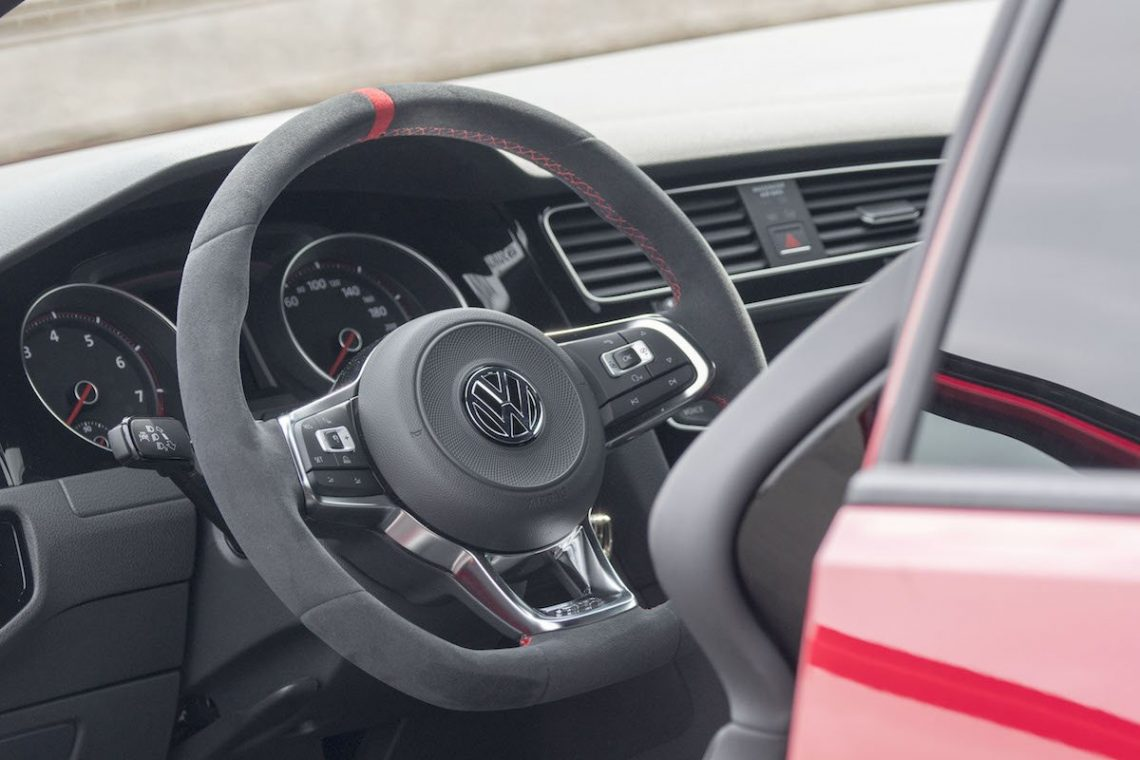 VW Golf GTI Clubsport Interieur Innenraum Alcantara Lederlenkrad Schalensitze RECARO rot Armaturenbrett