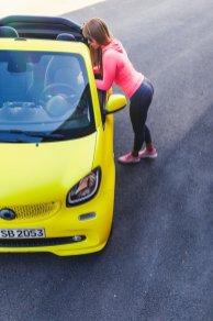 smart BRABUS fortwo cabrio 453 atomic yellow gelb scheinwerfer kühlergrill diana bubblebutt sport workout leggings hoodie pink adidas schuhe asphalt verdeck stadtauto düsseldorf