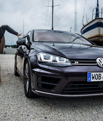 VW Golf R 7 Fire and Ice Sonderlackierung MANCVE Diana Handstand Split Weitwinkel Wide angle Kühlergrill LED XENON Scheinwerfer Motorhaube Aubergine violet Carbon Seitenspiegel Trockendock Yacht Boote Küste Veile Meer