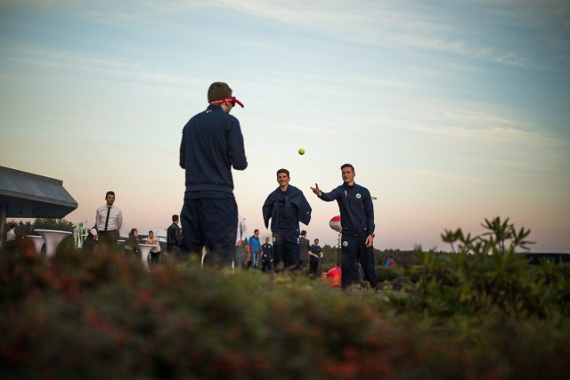Julian Draxler Mario Gomez Auto fahren unter Alkoholeinfluss Simulation Test Fangen Tennisball Sonnenuntergang Werfen