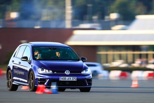 Mario Gomez VW Golf R Volkswagen Driving Experience Ehra-Lessien Testgelände Drag Race blau Smartphone Kamera Filmen Spaß