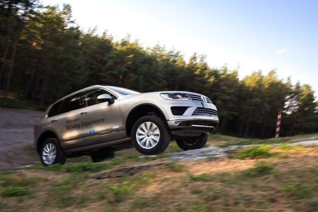 Volkswagen Touareg Berg Anfahren durchdrehende Räder VfL Wolfsburg Fahrsicherheitstraining Offroad Volkswagen Driving Experience Himmel Wald