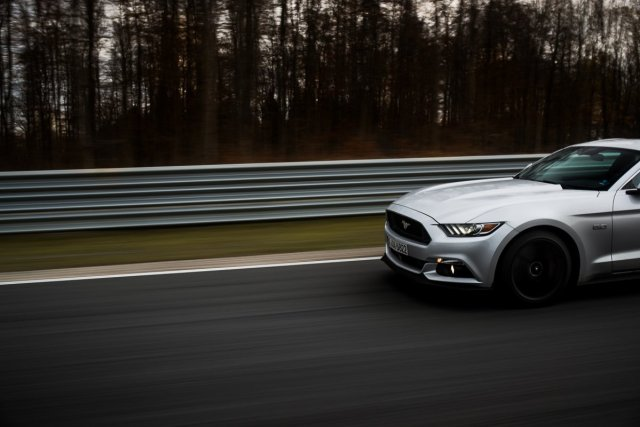 Ford Mustang GT 5.0 421 PS Bilster Berg Rennstrecke Racetrack Silber V8 Front LED Tagfahrlicht Xenon Kühlergrill Felgen Side by Side Car2Car