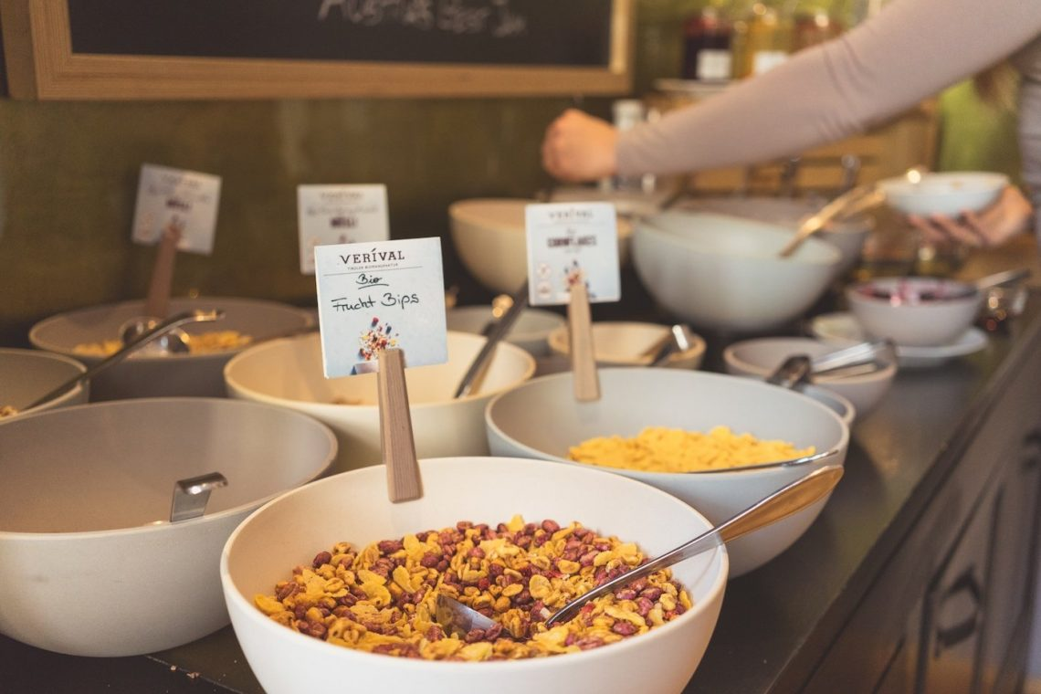 Frühstücksbuffet Müsli Flakes Löffel Arm Schalen