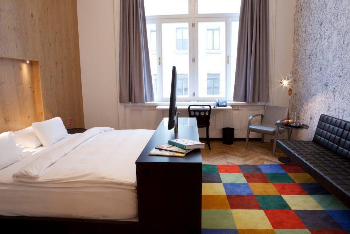 Hotel Altstadt Vienna Bunt Teppich Zimmer Bett Fenster Sofa Couch Buch Stuhl Eimer