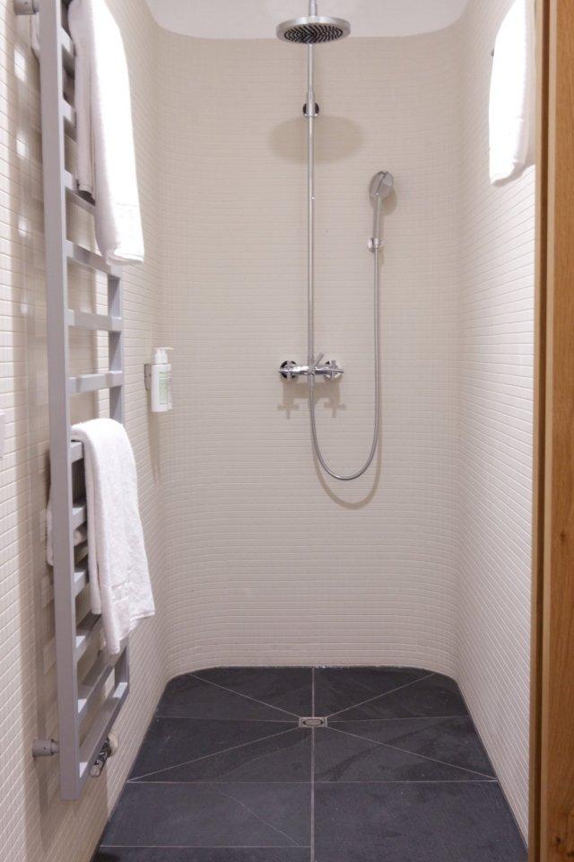 Dusche Handtuchhalter Handtücher weiß kacheln fliesen Badezimmer