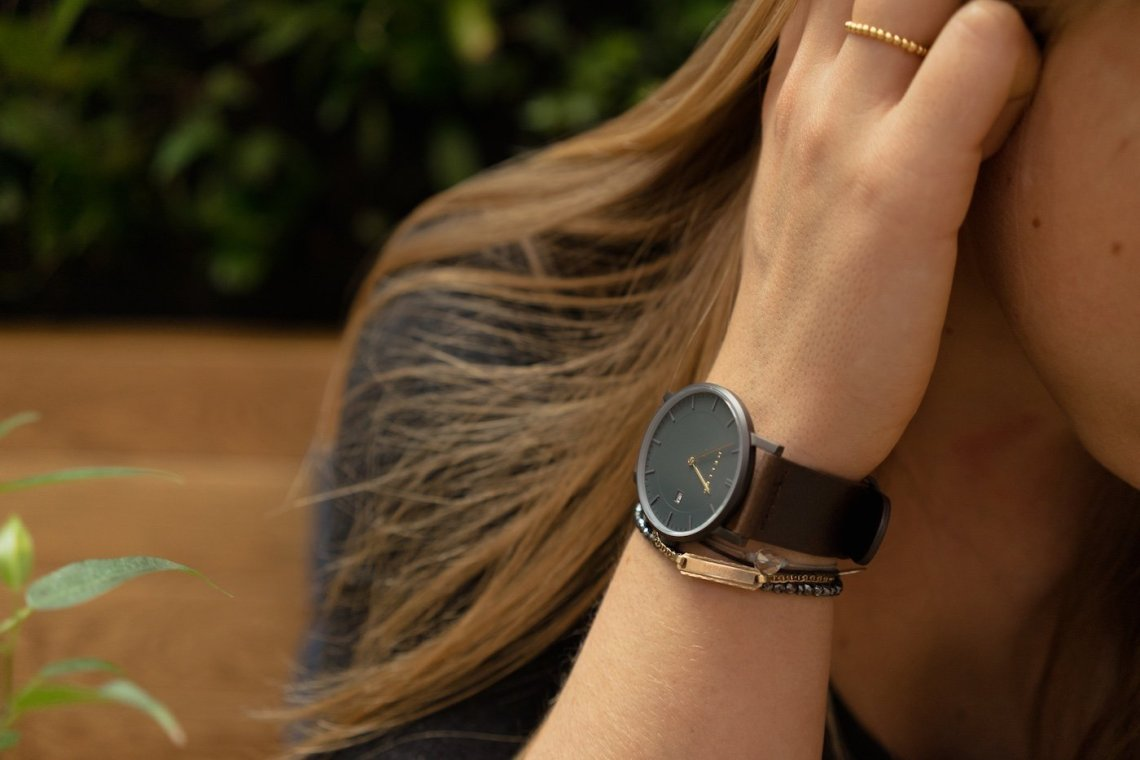 Meller Astra Nag Earth Armbanduhr Wrist Watch Braunes Leder anthrazit Ziffernblatt gold Handgelenk Haare Frau Diana MANCVE Meller Uhr