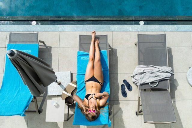 Pool Bikini Liege Sonnebrille Frau blau