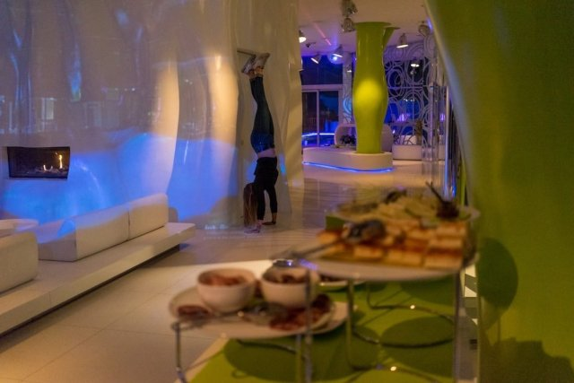 i-SUITE Hotel Rimini 5 Sterne Designhotel Adria Promenade Meerblick Lobby Snacks Handstand Diana Lounge Sitzecke Kamin