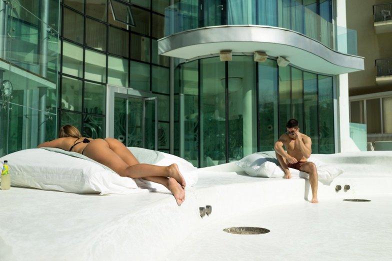 i-SUITE Hotel Rimini 5 Sterne Designhotel Adria Promenade Meerblick Sunbathing Fatboys Starren Diana Stefan Bubble Butt Architektur