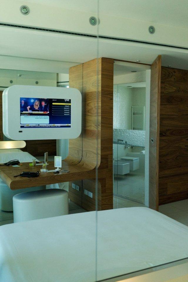 i-SUITE Hotel Rimini 5 Sterne Designhotel Adria Promenade Meerblick Zimmer Suite Fernseher Badezimmer Bett Spiegel