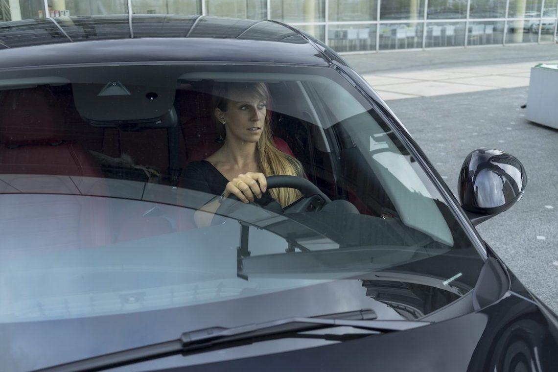 Alfa Romeo Giulia Veloce Schwarz Cockpit Diana Windschutzscheibe Innenraum Spiegelung Hafen Außenspiegel Hand Blick