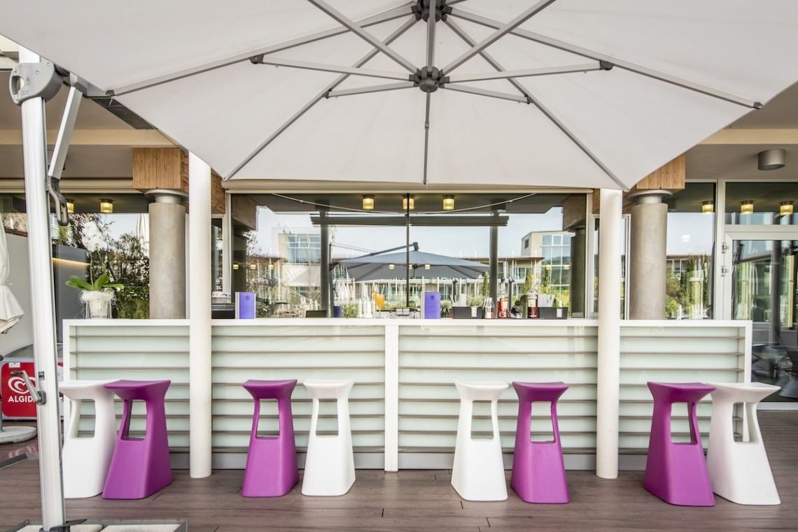 Aqualux Spa Wellness Hotel Bardolino Poolbar Hocker Schirm