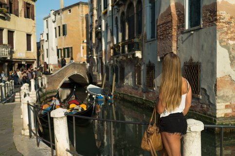 Venedig Venezia Venice Italien Romantik Romance Romantisch Urlaub Lifestyle Cannaregio Gondoliere Treffpunkt Brücke Hintern Tasche Blond Frau