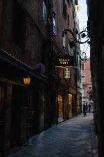 Venedig Venezia Venice Italien Romantik Romance Romantisch Urlaub Lifestyle Mille Vini kleine Gasse gelbes Licht